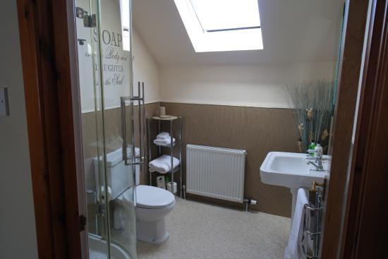 Avalon Guest House: Bathroom