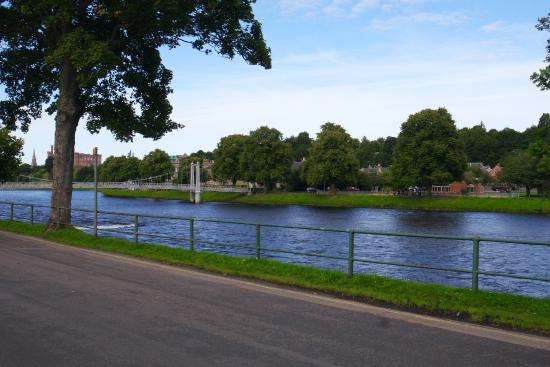 Avalon Guest House: River Ness on walk to city centre