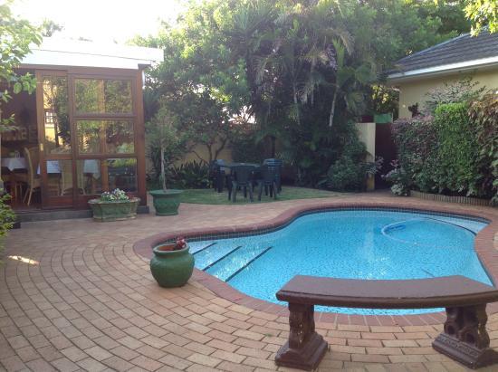 Algoa Guest House: Comedor,  jardín y pileta.