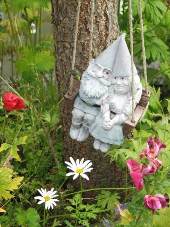 Casey's Bed & Breakfast: Tiny vsiting Gnome couple swings in the trees