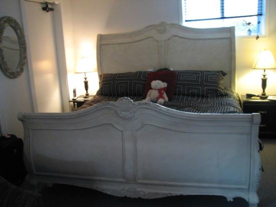 Casey's Bed & Breakfast: King sized slieghbed....cozy
