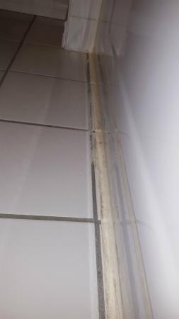 Sandman Inn Cranbrook: Tub/floor silicone