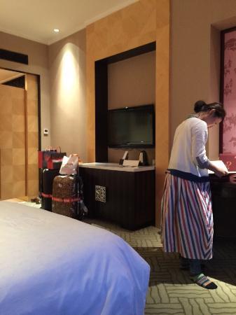 Sheraton Hohhot Hotel : 舒服、舒服、舒服 這趟內蒙古5天之旅,很開心有安排兩天入住喜來登飯店,雖然週遭沒有熱鬧的街頭,但至少有小商店可以買酒買零嘴,這兩天入住在此彷彿是人間天堂,因為之後的兩天我們體驗到草原的生活沙漠
