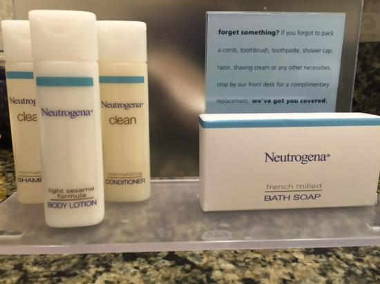 Hampton Inn Boston-Natick: Love these Neutrogena bath products. Great aroma!