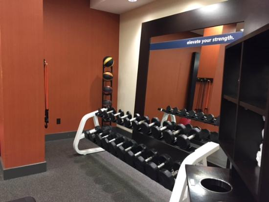 Hampton Inn Boston-Natick: Good assortment of free weights in gym