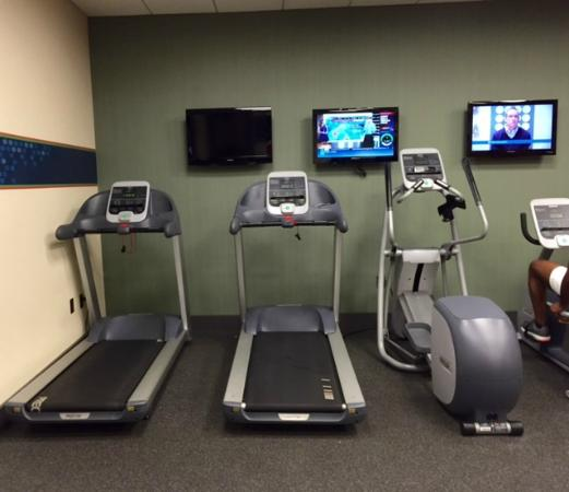Hampton Inn Boston-Natick: Lobby level gym