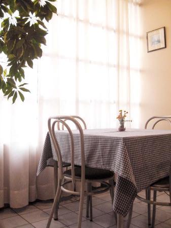 Hotel Curapalihue: sala de desayuno.- frente antiguo del hotel.-