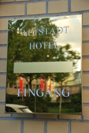 Altstadt Hotel: Табличка с названием