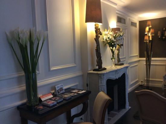 Petit salon chaleureux - Picture of Hotel Jardin Le Brea, Paris ...