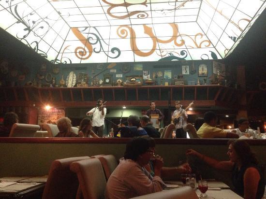 Mardel : Un lugar único por su deliciosa comida  y música inigualable. Los mejores cortes, vinos y postre