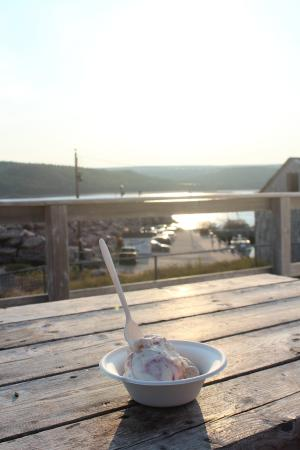 Lighthouse Ice Cream Parlour: enjoying the icecream, tasty fudge, and beautiful sunset