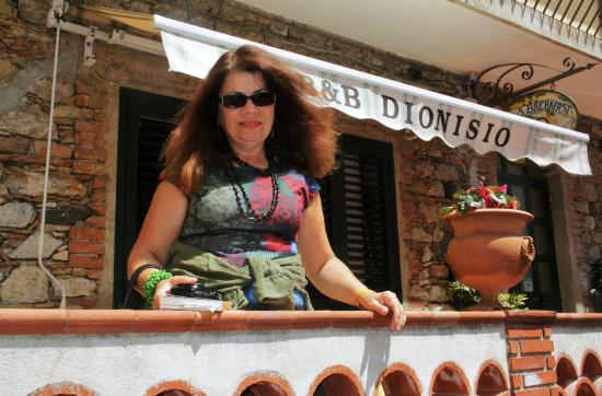 B&B Dionisio: Petite terrasse face à la rue
