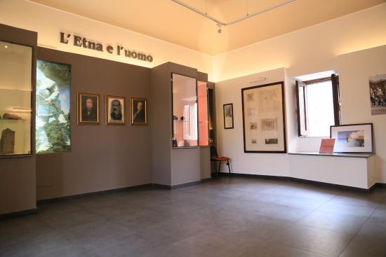 Nicolosi, Italy: Stanza del percorso multimediale con vetrine espositive