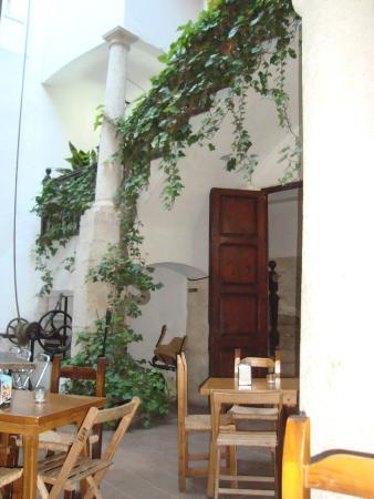 Innsa Hostel : Courtyard where the restaurant is located