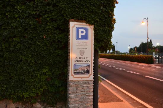 Province of Verona, Italien: Torri - der Hotel Parkplatz liegt direkt an der Gardesana Orientale