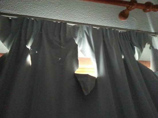 Portosol: Tenda del soggiorno, lacerata in più punti