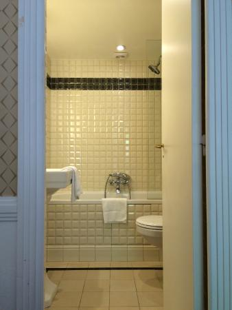 Salle de bain avec carrelage en fa ence de style m tro - Salle de bain carrelage metro ...