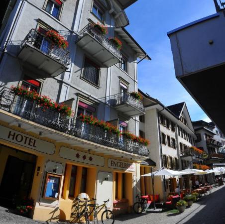 Engelberg Trail Hotel: Facade de l'hotel sur la rue piétonne