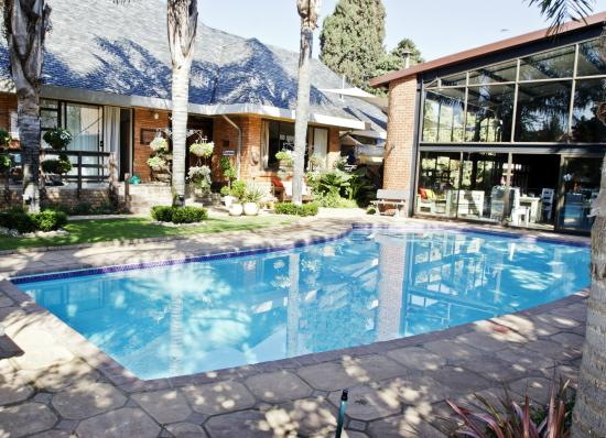 Sunrock Guesthouse: garden & pool area