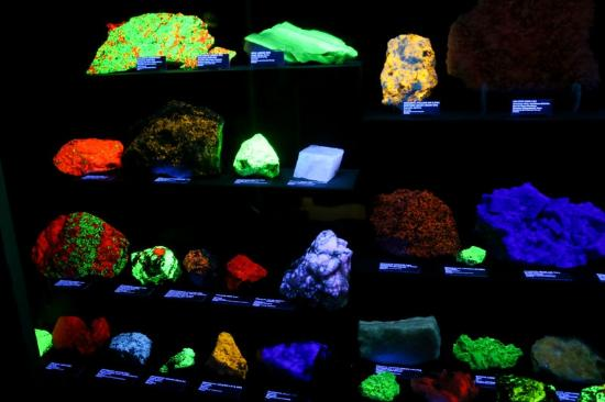 Rice NW Museum of Rocks and Minerals: Cool rocks under UV illumination