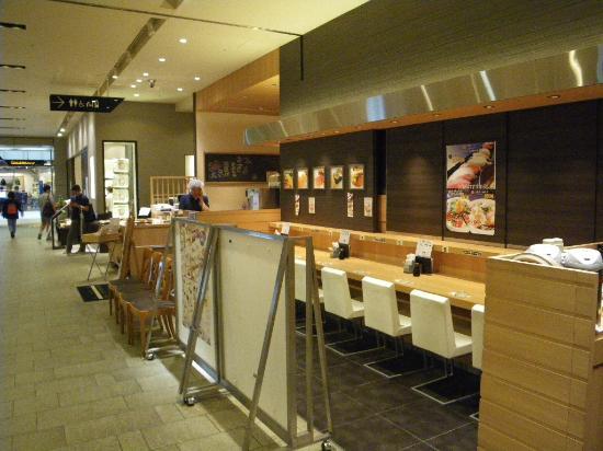 Marukatsu Suisan Tokyo Midtown: 通路に面したお店