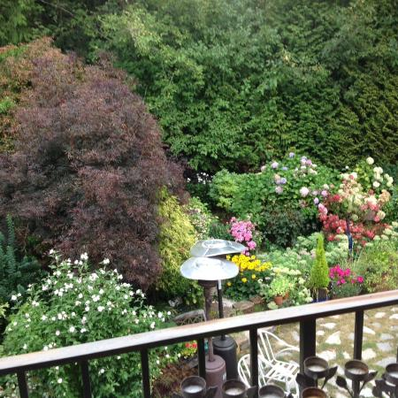 Viewmont Manor: Lovely garden view from our room