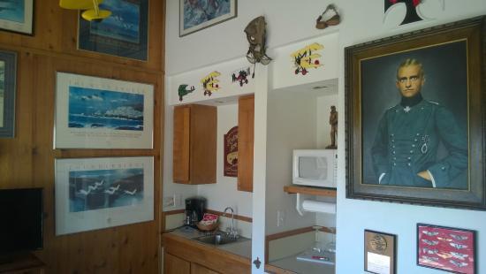 Moolack Shores Motel: Avaition themed room