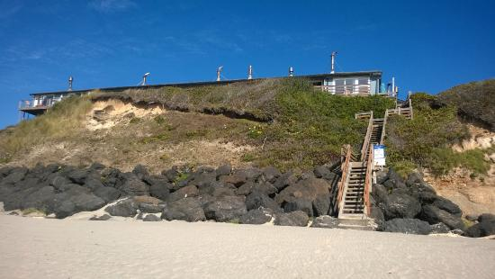 Moolack Shores Motel: Looking at Moolack from the beach.  Private stairs up!