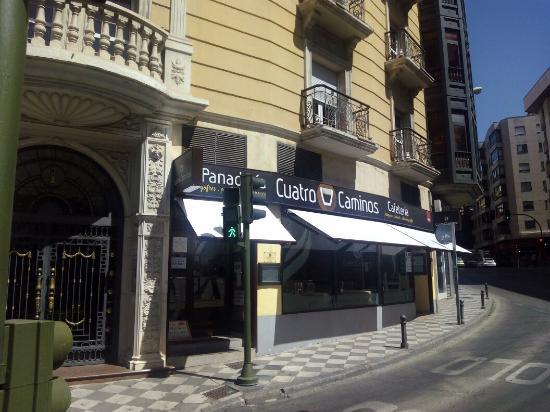 Cafeteria Cuatro Caminos: Comidas para tomar en el local o para llevar