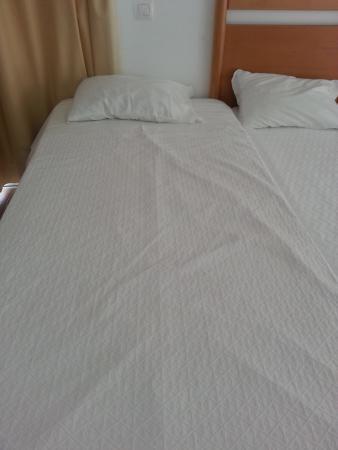 Hotel Luz Bay : Cama hecha sin estirar ni la sábana de abajo