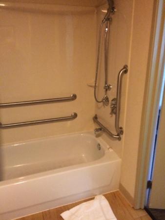 Red Roof Inn Mount Laurel: Excellent handicapped rails at faucet end of tub