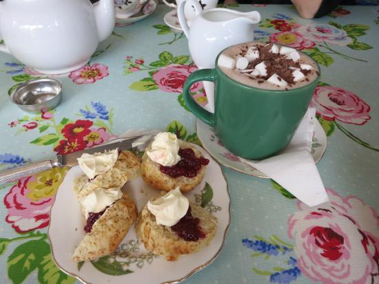 Cragg Sisters Tearoom: scones and hot chocolate
