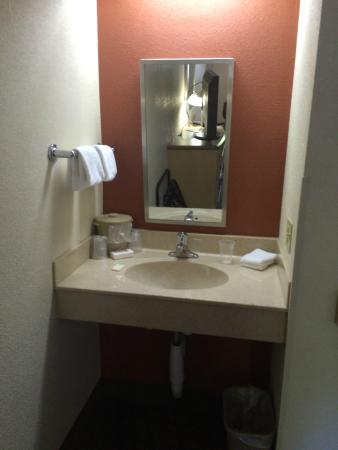 Red Roof Inn Mount Laurel: Excellent Handicapped Accessible Lavatory