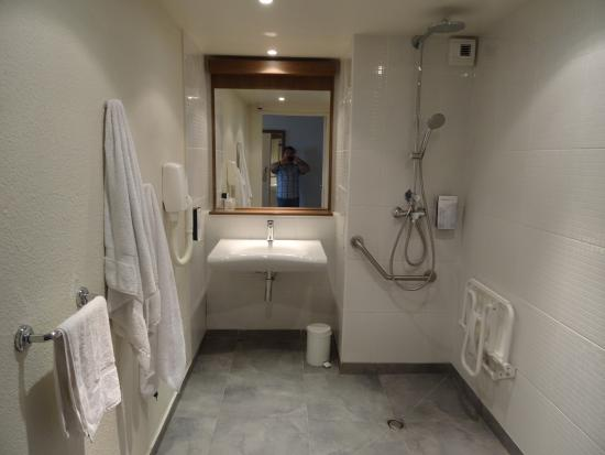Cuarto De Baño Adaptado A Minusvalidos:Cuarto de baño adaptado a minusvalidos sin manpara de ducha – Foto di