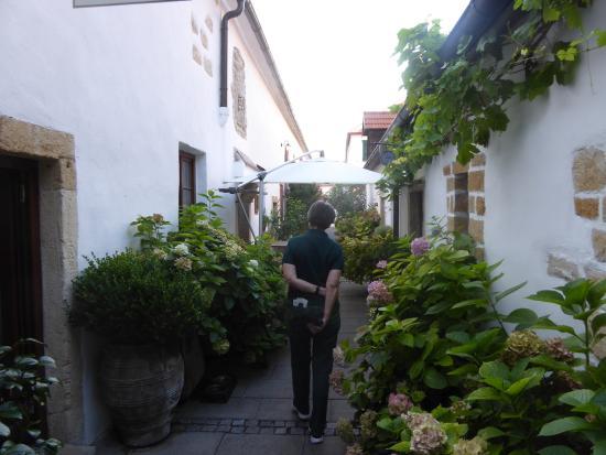 Wirtshaus im Hofgassl: Weg zum Gastgarten
