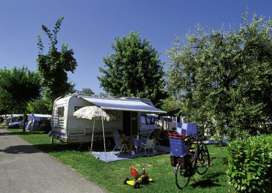 piazzola pitch picture of camping du parc lazise tripadvisor. Black Bedroom Furniture Sets. Home Design Ideas