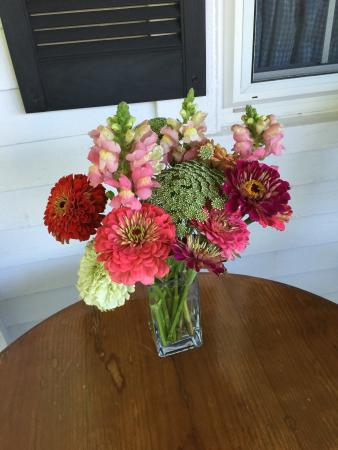 Yardarm Village Inn: Beautiful flowers throughout the house
