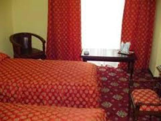 Europa Hotel Ploiesti: habitacion sencilla pero calida