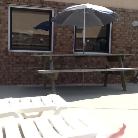 Sandpiper Motel: Picnic area by the pool