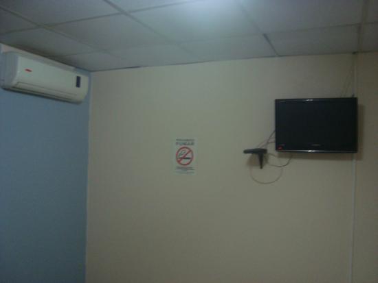 Hostal Gemar : TV  y aire acondicionado