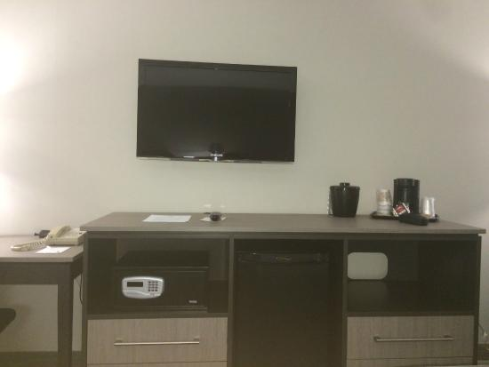 Chateau Bedford: Desk and TV