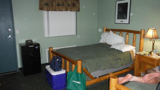 Kingsley Motel: bed and black fridge on left