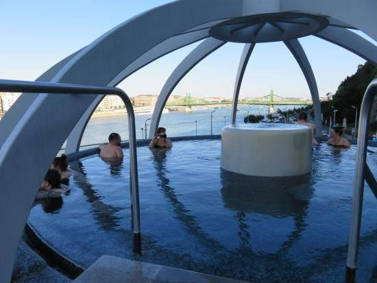 Bagni Termali Di Rudas Budapest : Rooftop thermal pool and view over danube foto di rudas baths