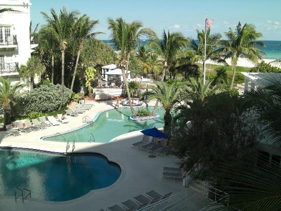 The Savoy Hotel & Beach Club: территория отеля