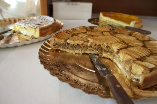 Hotel Vecchio Municipio: Cakes for Breakfast!!!