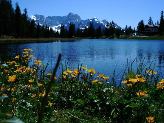 Misurina, Italy: il piccolo lago d'Antono con il monte Sorapiss sullo sfondo