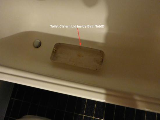Romantik Hotel Böld: Toilet cistern lid was in bathtub upon check-in!!
