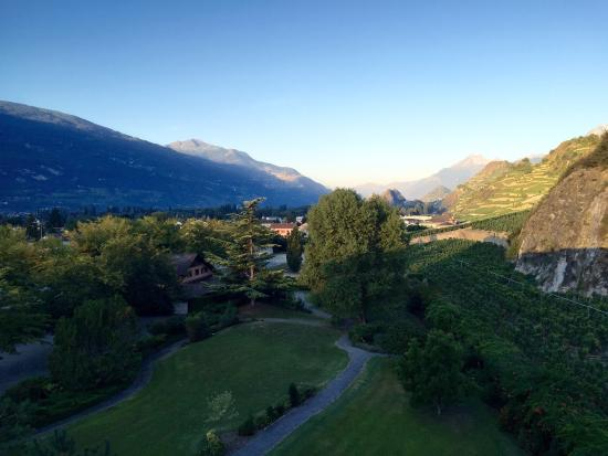 Uvrier, Suíça: The location of the hotel is beautiful! The wine yards around, the mountains, the garden! Beauti