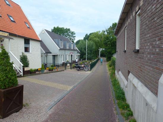 Amsterdam Village Hotel: Po lewej szry budynek w którym są pokoje