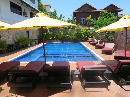 The Villa Siem Reap: Piscina pequeña pero suficiente, Se agradece un baño después de la visita a Angkor